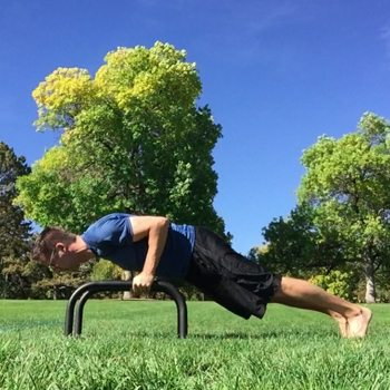 outdoor push up using parallettes